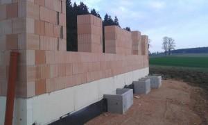 Außenmauerwerk mit Lichtschächte
