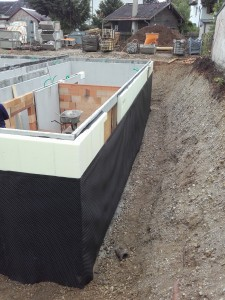 Anbringen der Grundmauerschutzbahn